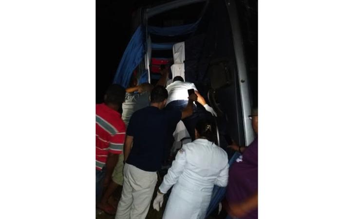Vítimas são retiradas de ônibus após acidente na BR-316