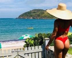 """De biquíni, Juliana Paes diz """"agachamentos estão fazendo resultado"""""""