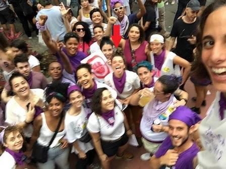 Bruna com os amigos na manifestação (Crédito: Reprodução/Instagram)