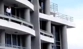 Mulher morre ao cair de prédio após supostamente fazer selfie; veja