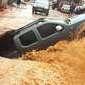 Casal de idosos é resgatado após cratera engolir caminhonete