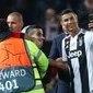 Cristiano Ronaldo tira selfie com torcedor  que invadiu o gramado