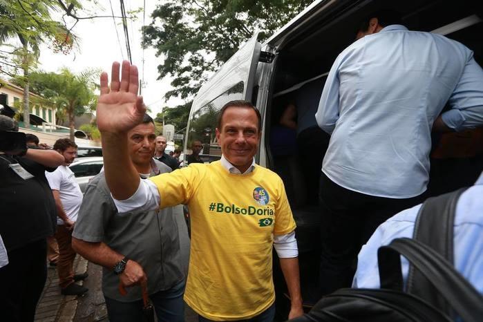 Doria chegou ao colégio na zona oeste com camiseta #BolsoDoria (Crédito:  TIAGO QUEIROZ/ESTADÃO)