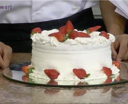 Aprenda como preparar uma deliciosa Torta de morangos com chantilly