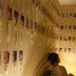 Mulher possui 2 mil preservativos usados na parede de seu quarto