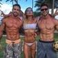 Surra de tanquinho! Jonas, Pugliesi e Erasmo posam na praia