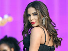 Anitta fala sobre beijo em cantor: 'Sigo sem conhecer o cara'