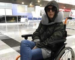 Tata aparece em cadeira de rodas, preocupa fãs e motivo impressiona