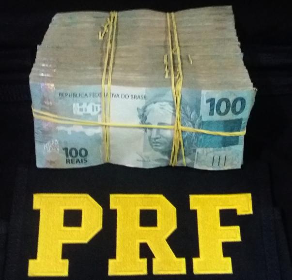 Dinheiro apreendido pela PRF em carro em Teresina (Crédito: Divulgação PRF-PI)