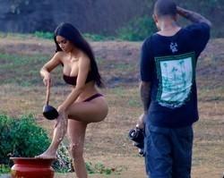 Com direito à banho de concha, Kim Kardashian posa para ensaio