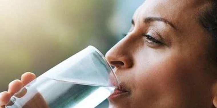 10 efeitos colaterais que beber água em excesso pode causar