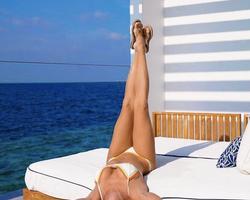 Deborah Secco curte férias com o marido nas Maldivas