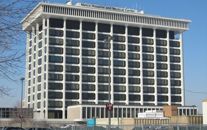 O prédio do Mercy Hospital and Medical Center, em Chicago  (Crédito:  xnatedawgx/Wikimedia Commons )