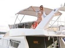 Carla Perez comemora 41 anos com passeio de barco e é elogiada