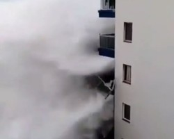 Ondas gigantes derrubam varandas de prédio de Tenerife
