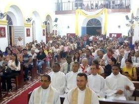 Monsenhor Gil recebe o novo padre com a presença do arcebispo