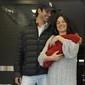 Isis Valverde deixa maternidade no Rio com o filho Rael nos braços