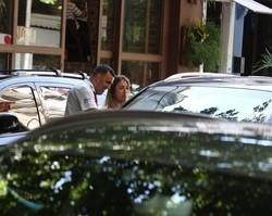 Ex-marido de Anitta, Thiago Magalhães deixa restaurante com loira