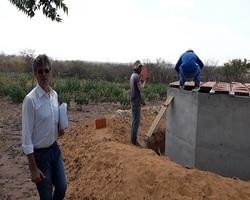 Prefeito Valmir Barbosa visita obras de construção de cisternas