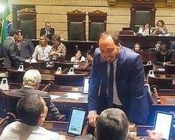 Carlos Bolsonaro reassume mandato com seguranças particulares