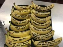 Refeitório distribui bananas com frases de incentivo aos alunos