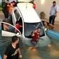 Carro cai em piscina durante festa, e imagem do 'resgate' viraliza