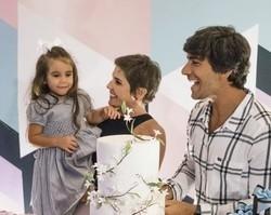 Deborah Secco ganha festa surpresa com show da filha