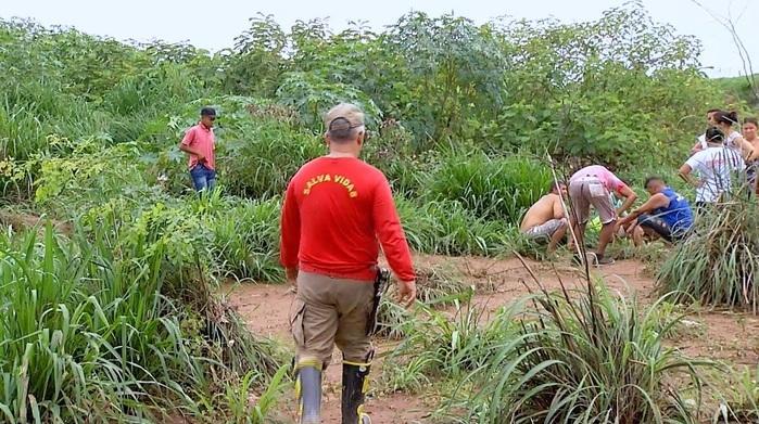 Moradores ajudaram os Bombeiros (Crédito: Reprodução/TVMN)