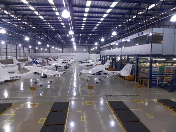 Hangar da Inpaer com aviões produzidos pela empresa (Crédito: Divulgação)