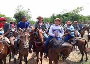 Tradição em Monsenhor Gil, cavalgada reúne várias pessoas