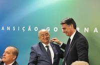 Bolsonaro faz afago público em Júlio César