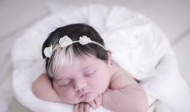 Bebê faz sucesso nas redes sociais por causa de franja branca