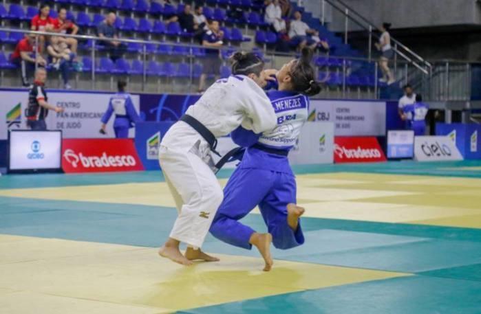 Sarah Menezes durante luta com Nathália Brígita (Crédito: Divulgação/CBJ)