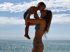 Carol Trentini curte praia com o filho e reflete sobre maternidade