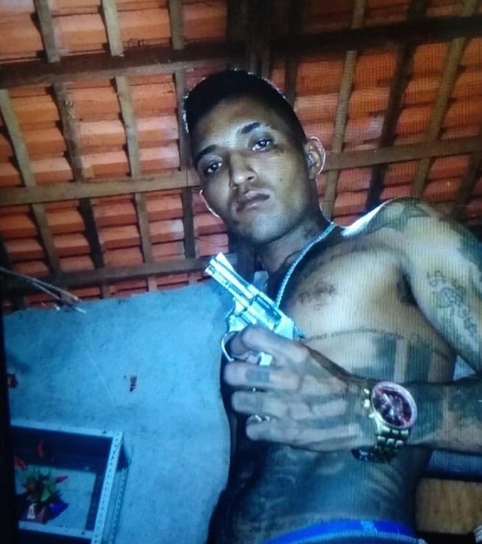 Vítima posava com armas (Crédito: Divulgação)