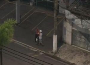 Homem ateia fogo em morador de rua após acusá-lo de roubo; vídeo