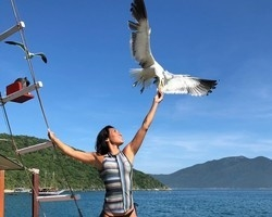 Dani Suzuki posta foto alimentando gaivota e chama atenção