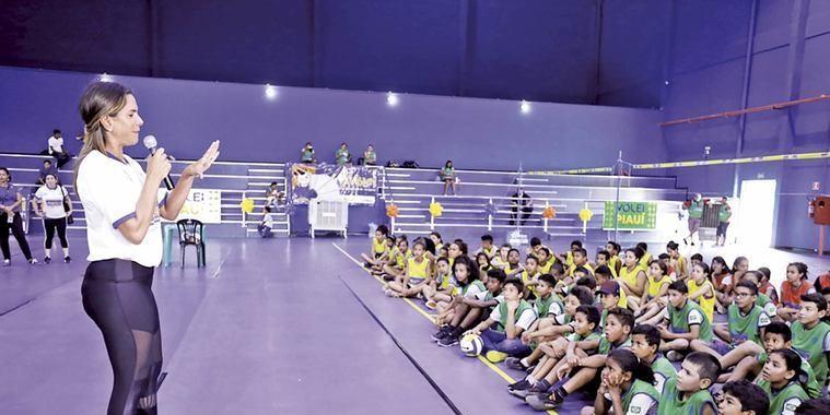 Craque de vôlei conversa com crianças em Teresina