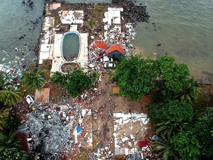 Imagem aérea mostra parte da destruição causada por tsunami na praia de Carita, na Indonésia (Crédito: Azwar Ipank / AFP )