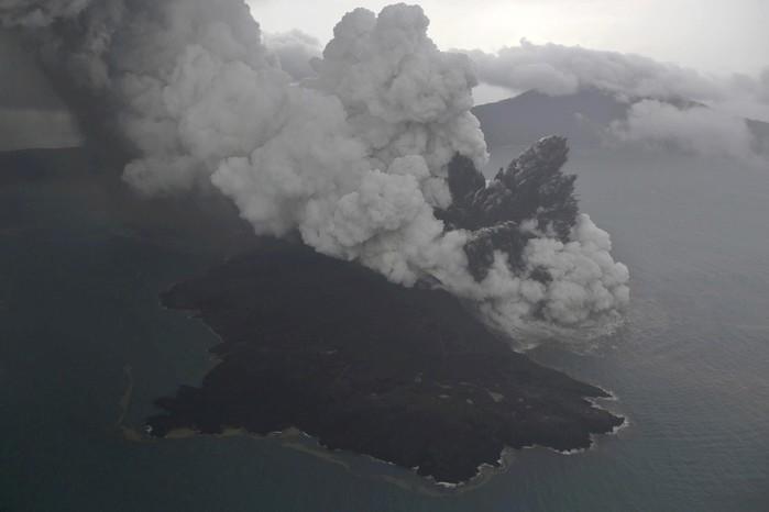 Imagem aérea mostra erupção do vulcão Anak Krakatau neste domingo (23) na Indonésia  (Crédito: Nurul Hidayat/Bisnis Indonesia via AP )