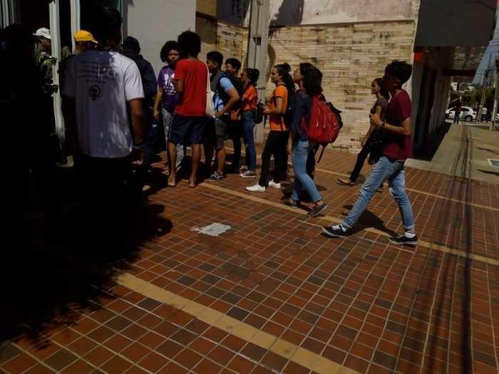 Estudantes na porta da Strans (Crédito: Efrém Ribeiro)