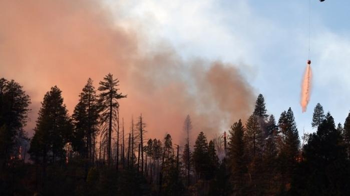Helicóptero é usado para jogar água em focos do incêndio na cidade de Paradise, na Califórnia (Crédito: AFP)