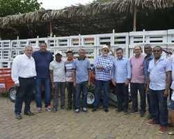 Prefeito entrega minitratores para produtores rurais de Oeiras