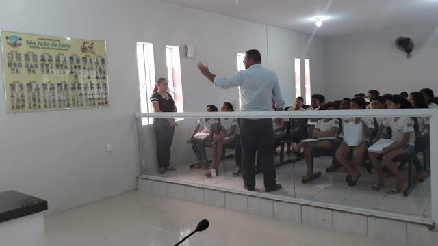 Recepcionando os estudantes, explicando a importância do poder legislativo municipal