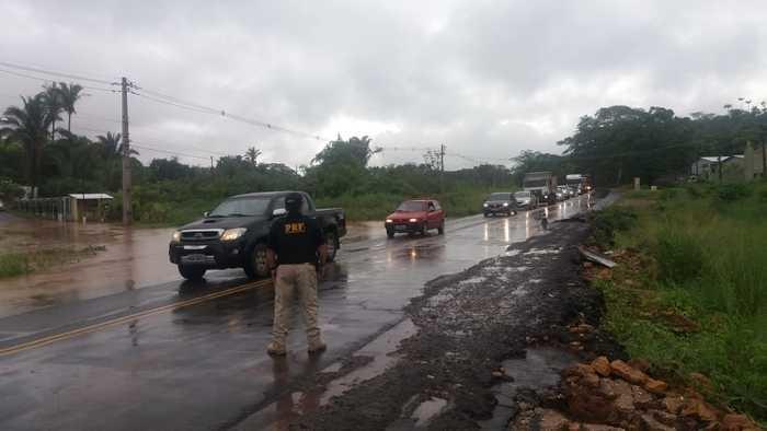 Trecho interditado pela PRF na manhã de hoje (04). Parte da pista já está rompida (Crédito: Divulgação/PRF)
