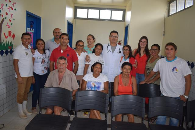 Equipe do PSF e alguns usuários do SUS recebendo o médico (Crédito: Aristeu Carvalho)