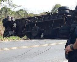 Caminhão carregado com botijões de gás tomba na BR – 343