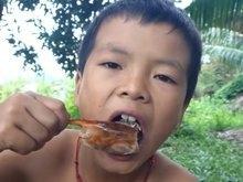 Criança que faz vídeos cozinhando na selva é sucesso no Youtube