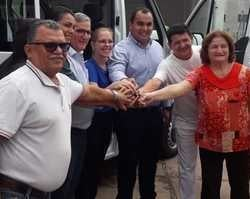 Prefeito faz a entrega de veículos novos para a secretaria de saúde