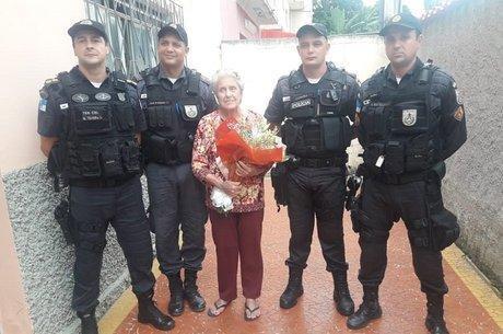 Idosa ganhou buquê de flores de policiais militares  (Crédito: Twitter/PM )